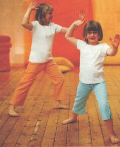 Kinder posieren f�r Tai-Chi-Bericht in familie & Co